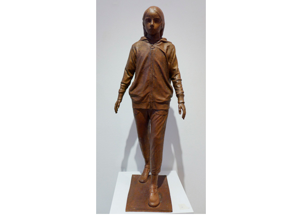 Figura con chandal, bronce, (1/9).